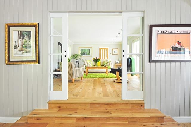 obrazy u dveří.jpg