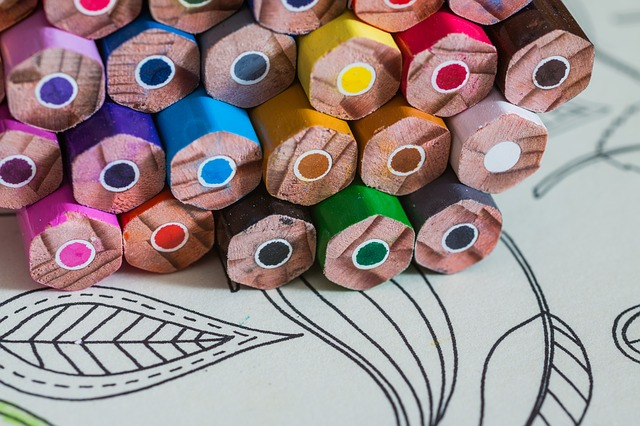barevné tužky a omalovánky