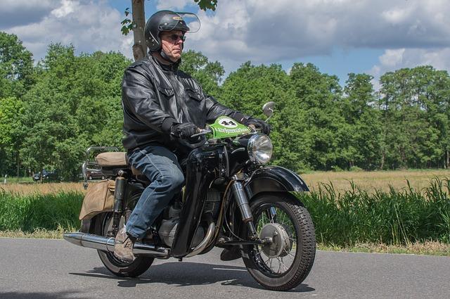 muž řídící motorku